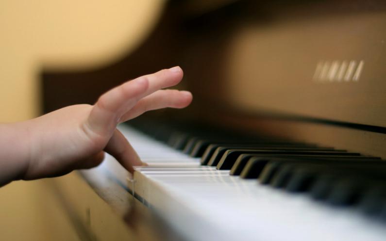 پیانو چلاتے ھوئے۔
